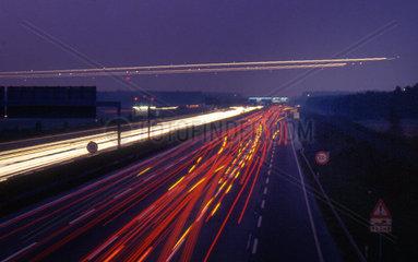 Flugzeuge queren Autobahn bei Nacht