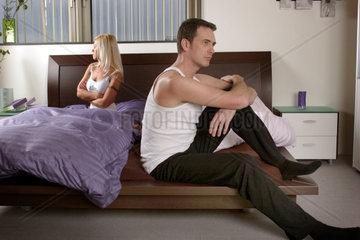 Paar lustlos im Bett