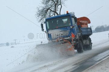 Schneeraeumfahrzeug im Winter