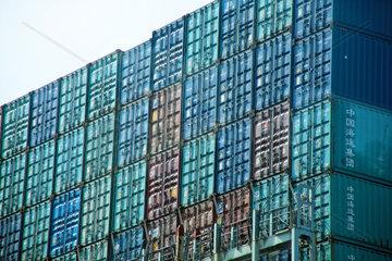Containerschiffe im Hafen von Hamburg in Deutschland  Europa