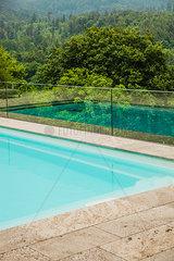 Pool mit Aussicht in Natur