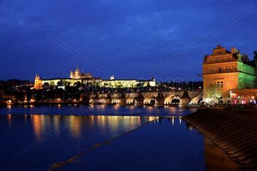 Prag  Karlsbruecke  Prager Burg Hradschin und Moldau