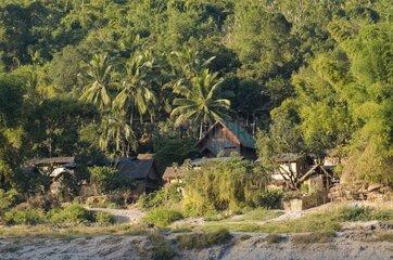 Siedlung am Ufer des Mekong - Fahrt mit dem Slowboat auf dem Mekong von Hou