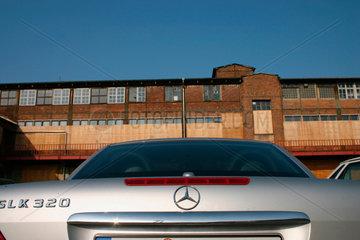 Berlin - Mercedes SLK vor eine Alte DDR Fabrikgebaeude