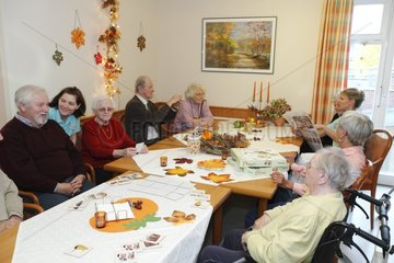 Altenpflege im Seniorenzentrum - Geriatric Nursing at Old Peoples Home