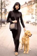 Frau mit Golden Retriever