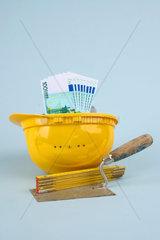 Maurerwerkzeug und Geldscheine