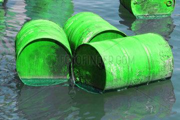 gruene Tonnen im Wasser