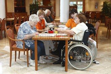Altenpflege im Seniorenzentrum - Geriatric Nursing at Old Peoples Home