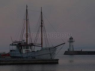 Segelschiff im Hafen im letzten Tageslicht