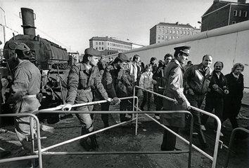 Maueroeffnung Berlin  Bernauer Strasse  November 1989