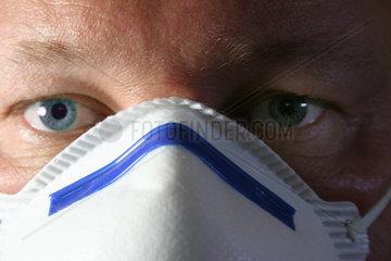 Mann mit Staubmaske