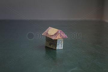 Eurobanknote als Haus