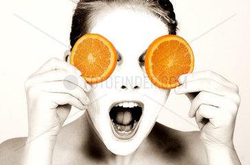 Frau mit Orangenscheiben