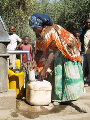Wasserholen an einem Dorfbrunnen in Uganda