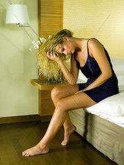 Sitzende Frau im Bett