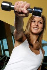 Frauen im Fitness-Studio mit Hanteln