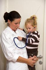 Kinderarzt untersucht ein Kind in Ordination