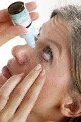 Frau mit Augentropfen