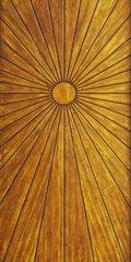 Ein Holztor mit Paneele  die eine Sonne stilisieren.