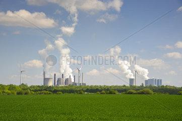 Braunkohlekraftwerke Neurath I und Neurath II mit Windraedern