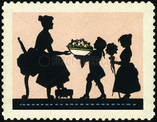 Kinder schenken der Mutter Blumen  1910