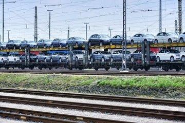 Gueterbahn mit fabrikneuen Limousinen in Hamburg  Deutschland