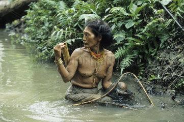 Mentawai Frau beim Fischen  Mentawai Inseln-Indonesien