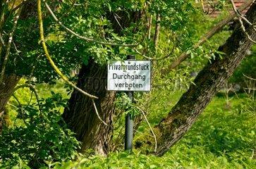 Durchgang verboten  Hinweisschild vor einem verwilderten Grundstueck