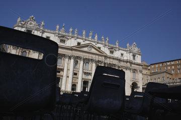 Leere Stuehlen vor dem Petersdom