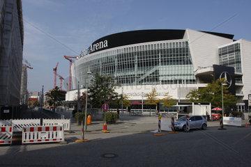 Baukraene rings um die Mercedes-Benz Arena in Berlin Friedrichshain