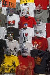 T-shirts an einem Verkaufsstand auf dem Temple Street Nachtmarkt  Hongkong