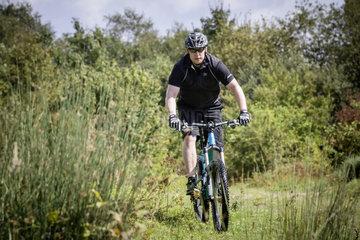 Radfahren in Muenster - Marc Boltz  Fahrradmechaniker  mit seinem Mountainbike der Marke Carver