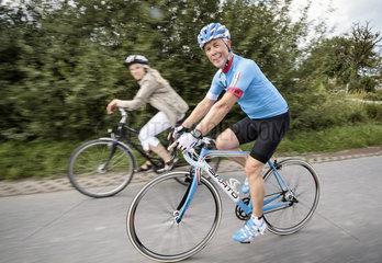 Radfahren in Muenster - Heine Unland  pensionierter Soldat der Bundeswehr  mit seinem speziell fuer ihn gebauten Rennrad