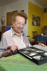 Seniorin mit Fotoalbum