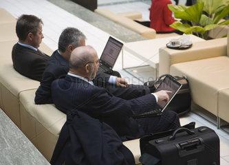 Geschaeftsleute mit Laptop