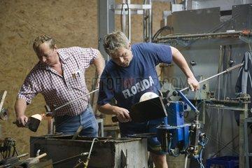 Glasblaeser in der Kristallglasfabrik Spiegelau GmbH