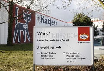 Hinweisschild vor der Produktionsstaette des Fruchtgummi-Produzenten Katjes Fassin GmbH