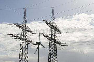 Windkraftanlage hinter 380 KV Starkstromleitungen