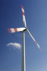 Windkraftanlage vor blauem Himmel