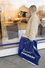 Junges Maedchen mit einer Einkaufstuete von Karstadt