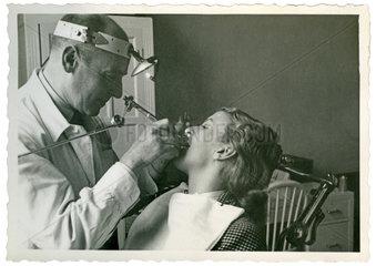 Zahnarzt behandelt junge Frau  1957