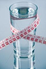 Mineralwasser mit Massband