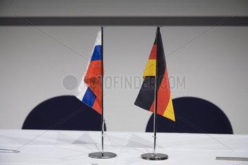 Flaggen von Russland und Deutschland