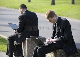 CeBIT 2007 - Maenner am Laptop