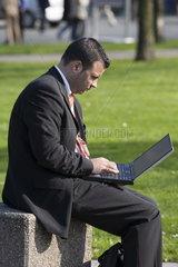 CeBIT 2007 - Mann am Laptop