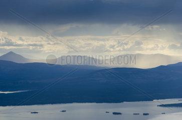 Blick auf den See Femunden und Bergketten  Hedmark Fylke  Norwegen  Juli 2011