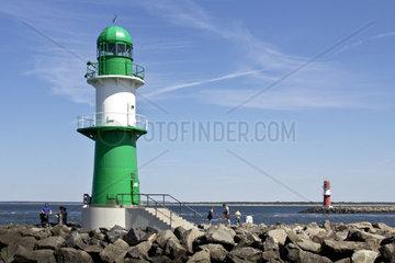 Die beiden Leuchttuerme auf den Molen vor dem Hafen von Warnemuende
