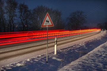 Autolichter auf einer Schneefahrbahn