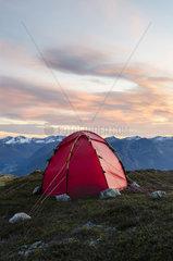 Zelt auf einem Berggipfel  Moere und Romsdal Fylke  Vestland  Norwegen  September 2011